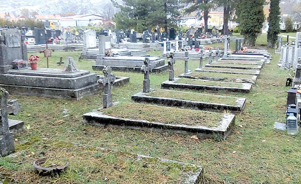 Description:  Grobnice streljanih građana na cetinjskom Novom groblju Foto privatna arhiva