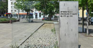 Вучић и Весић срушили споменик жртвама рата и браниоцима отаџбине 1991-1999?!